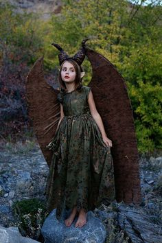 young maleficent costume: so adorable for Halloween Halloween Dress Up Ideas, Best Diy Halloween Costumes, Halloween 2018, Halloween Kids, Halloween Cosplay, Halloween Stuff, Halloween Makeup, Halloween Party, Young Maleficent