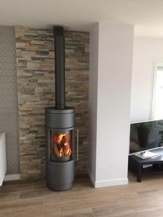 Poêle Hase Sila gris et mur en parement pierre naturelle Stove Fireplace, Fireplace Mantels, Modern Fireplace, Fireplace Design, Corner Log Burner, Natural Stone Wall, Freestanding Fireplace, Pellet Stove, Wood Burning Fires