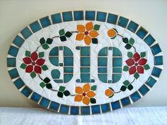 Keramická cedulka rodinná s mazlíčky na míru / Zboží prodejce ZARIA Mosaic Diy, Mosaic Garden, Mosaic Crafts, Mosaic Projects, Stained Glass Projects, Mosaic Glass, Mosaic Designs, Mosaic Patterns, Rustic House Numbers