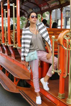 white Sneakers / Shoes with casual cool outfit - Striped Coat / Jacket and pink Jeans Style Outfits, Mom Outfits, Casual Outfits, Fashion Brand, Love Fashion, Travel Fashion, Travel Style, Boyfriend Jeans, Viva Luxury
