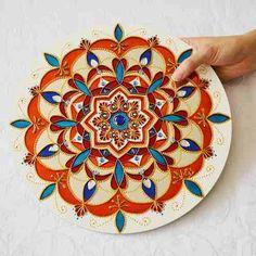 Mandala Laranja, Azul, Branca em Espelho Feita à mão com tinta relevo e verniz vitral Em espelho com 3mm de espessura Com diâmetro aproximado de 30cm. Mandala significa círculo em palavra sânscrito. Mandala também possui outros significados, como círculo mágico ou concentração de energia, e universalmente a mandala é o símbolo da integração e da harmonia. #belamandala #bela_mandala #stainedglass #vitral #mandala #casa #decoracao