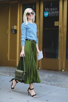 Pleats are a big fashion trend for spring Here are 20 style tips on how to wear a pleated skirt with outfit ideas for style inspiration. Street Style 2016, Looks Street Style, Looks Style, New York Street Style, Ny Fashion Week, Look Fashion, Autumn Fashion, Street Fashion, High Fashion