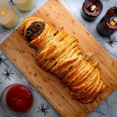 Halloween is officially here - this utterly terrifying recipe would be a devilishly scary centrepiece to any dinner party/graveyard spread. food ideas for dinner meatloaf Meatloaf Mummy Healthy Halloween, Halloween Dinner, Halloween Food For Party, Halloween Treats, Gross Halloween Foods, Fall Recipes, Holiday Recipes, Autumn Recipes Dinner Party, Spooky Food