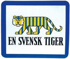 """Baltikum nästa! --- En svensk tiger ritades av Bertil Almqvist för Statens Informationsstyrelse mitt under brinnande världskrig 1941. För många blev det en symbol för beredskapsåren och den svenska försvarsviljan. Denna (finns nu som """"musmatta - mousepad"""") är en av våra mest populära utrustningsdetaljer, och en ständig påminnelse om hur nära andra världskriget också var """"trygga Sverige""""."""
