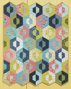 Hexagon quilting and Patchwork Quilting Tutorials, Quilting Projects, Quilting Designs, Jellyroll Quilts, Scrappy Quilts, Amish Quilts, Quilt Modernen, Hexagon Pattern, English Paper Piecing