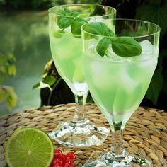 cooler drink Gin Basil Smash. Bestehend aus Gin, Basilikum, Zitronensaft und Zuckersirup in OertelCrystal Rosengartengläsern #cool #drink #basil #gin #green #crystalglass #Kristallglas