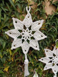 mit Bommeln gleich doppelt so schön oder? ---- Café da Meia Tarde: Crochê engomado: Estrela Natalina - Her Crochet Crochet Snowflake Pattern, Crochet Flower Tutorial, Crochet Stars, Christmas Crochet Patterns, Crochet Snowflakes, Crochet Flower Patterns, Thread Crochet, Crochet Motif, Crochet Doilies