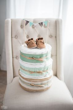 to Make a Diaper Cake with Pampers Learn how to make a diaper cake - this one is so cute and rustic with NO diaper rolling!Learn how to make a diaper cake - this one is so cute and rustic with NO diaper rolling! Diy Diapers, Baby Shower Diapers, Baby Shower Cakes, Baby Shower Themes, Shower Ideas, Deco Baby Shower, Baby Boy Shower, Baby Shower Gifts, Baby Gifts