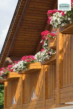 Nichts wertet ein klassisches Balkongeländer mehr auf als eine passende Blumenkiste mit prachtvollem Blumenschmuck. Unseren Kitzbühl aus Aluminium in Holzoptik, schmücken hier auch prachtvolle Hängepetunien. #balkon #balkondesign #balkonblumen #balkonidee #balkonpflanzen #dekoration #aluminiumgeländer #bauernhausstil #landhausstil Balkon Design, Deck, Outdoor Decor, Home Decor, Balcony Plants, Floral Headdress, Cottage Chic, Rustic, Tree Structure