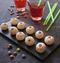 Yeux Halloween façon boule coco Ingrédients pour 50 boules coco     1 boîte de lait concentré sucré (environ 400 g)     200 g de noix de coco     50 mini smarties     feutre alimentaire noir     feutre alimentaire rouge >