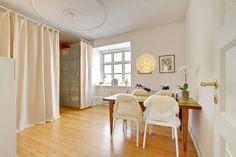 Kombineret spisestue og soveværelse i en 2-værelses lejlighed i Aarhus C, der lige nu er til salg ved Danbolig i Aarhus. Læs mere på www.lejlighediaarhus.dk.