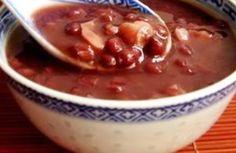 1 pak gespikkeide suikerbone 2 uie, gekap 1 kg gemengde stukke varkskenkel en beesskenkel met been 1 lt aftreksel van jou keuse 4 wortels geskraap, gespoel en gerasper 3 aartappels, geskil en geras… Oxtail Recipes, Crockpot Recipes, Soup Recipes, Dessert Recipes, Cooking Recipes, Recipies, Desserts, Oxtail Soup, South African Recipes