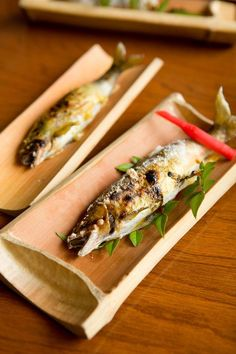 Salted Grilled Ayu (Japanese sweetfish) with ginger stick Japanese Dishes, Japanese Food, Food Plating Techniques, Food Packaging, Creative Food, Food Presentation, Grilling Recipes, Street Food, Asian Recipes