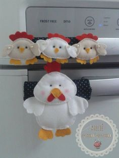 Enfeite para porta de geladeira Cute Crafts, Felt Crafts, Diy And Crafts, Crafts For Kids, Sewing Projects For Beginners, Projects To Try, Fridge Handle Covers, Fridge Decor, Chicken Pattern