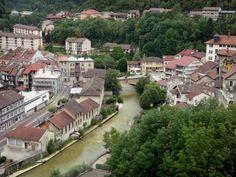 Gids van de Jura: Saint-Claude - Huizen, gebouwen en bomen langs het water, brug over de rivier in het Regionale Natuurpark van de Haut-Jura - France-Voyage.com