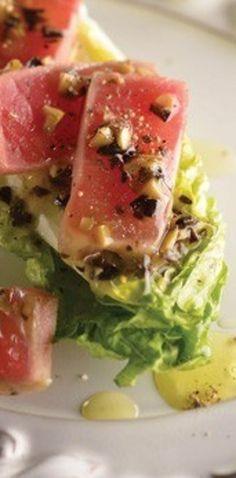 Corazón de lechuga con atún y aderezo de aceituna. | 25 Recetas de divinas ensaladas que vas a querer hacer durante todo el año Healthy Diet Recipes, Healthy Salads, Healthy Eating, Healthy Food, Seafood Salad, Vegetable Salad, Deli, Tuna, Catering