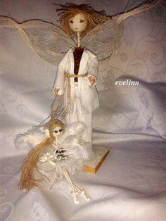 ona chciała mieć opiekuna bo wykonana jest z małej szyszki więc dostała anioła na bazie szyszki swierkowej