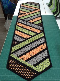 Patchwork Table Runner, Table Runner And Placemats, Quilted Table Runners, Halloween Runner, Halloween Table Runners, Quilting Tutorials, Quilting Projects, Quilting Ideas, Quilting Patterns