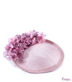 Tocado de sinamay con adorno de flores preservadas, ideal para boda o comunión. Sinamay Hats, Millinery Hats, Fascinator Hats, Fascinators, African Hats, Tea Party Hats, Funny Hats, Floppy Hats, Costume Hats