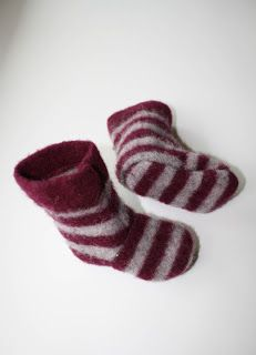 Recycled wool sweater slippers tutorial, and I have lots of wool sweaters for recycling (from those longies that never got made) Sweater Mittens, Wool Sweaters, Sweater Boots, Baby Mittens, Old Sweater, Crochet Mittens, Sewing For Kids, Baby Sewing, Sewing Crafts