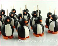 eetbare pinguins van olijven en mozarella