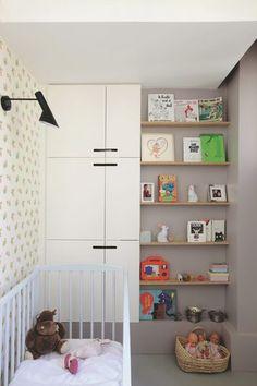 Une petite chambre de bébé au ton gris. Plus de photos sur Côté Maison petitlien.fr/7iej