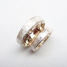 Twee trouwringen in zilver en witgoud mét briljant van 0.015cT