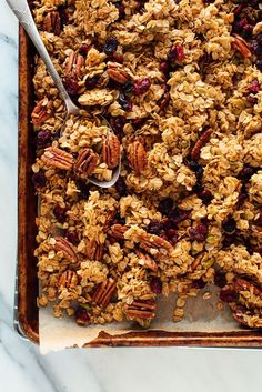 Meet the BEST granola you'll ever have! It's beyond easy to make, and you probably have all of the ingredients in your pantry already. You'll never want store-bought granola again. How To Make Easy Homemade Granola Vanilla Granola Breakfast And Brunch, Breakfast Recipes, Breakfast Cups, Brunch Bar, Breakfast Sandwiches, Brunch Recipes, Breakfast Ideas, Snack Recipes, Brunch Drinks