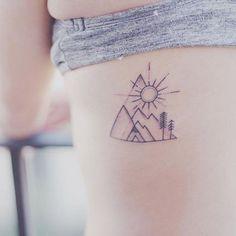 On craque pour cette petite montagne tatouée sur le côté des côtes dorsales. Un tatouage mignon et discret opur les amoureux de la montagne