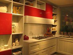 Feira de Milão 2014 - Cozinhas que surpreendem, cores em branco e vermelho. Um mix perfeito, sem exageros. Aparência leve, clara e moderna