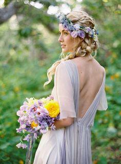 Jolie mariée bohème chic, couronne de fleurs et tresse