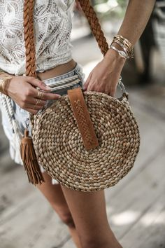 30 Bags Ideas For Women – Fashionthestyle Fall Handbags, Purses And Handbags, Straw Handbags, Fashion Bags, Fashion Accessories, Metallic Bag, Fringe Bags, Macrame Bag, Embroidered Bag