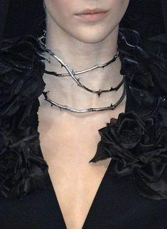 sinolia: Alexander McQueen, spring 2007 Murder collar                                                                                                                                                                                 Mais