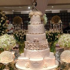 Bolo casamento clássico com pérolas, renda, rosas brancas by The King Cake!!!!! @Nelson Filho Bolo de princesa Veja outros bolos no blog www.motherofthebride.com.br