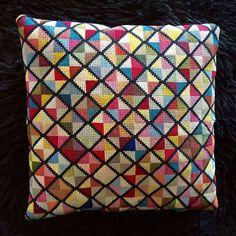 Relateret billede Cross Stitch Pillow, Cross Stitch Samplers, Cross Stitching, Cross Stitch Embroidery, Hand Embroidery, Cross Stitch Patterns, Modern Tapestries, Rug Inspiration, Needlepoint Pillows