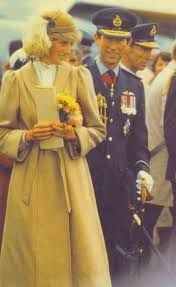 April Prince Charles & Princess Diana visiting the RNZAF where they watch a flying display in Wigram, Christchurch, NZ. Charles And Diana, Prince William And Kate, Prince Of Wales, Prince Charles, Lady Diana Spencer, Princesa Diana, Diana Fashion, Isabel Ii, Before Wedding
