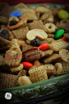 This fast and easy snack with nuts, cereal and chocolate will keep the hunger pangs away!