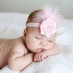 Tocado para bebés con plumas y perla. Divertido adornos para la cabeza de un recién nacido o bebé. De color rosa, con plumas de marabú, flor de raso, lacito y perla. ¡Divino para fotografías especiales! 12,50 €
