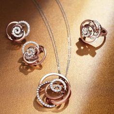 Bague de mariage : Discover May Damiani Treasure: Rose inspired by the flower that blossoms in thi High Jewelry, Luxury Jewelry, Jewelry Stores, Jewelry Sets, Pendant Earrings, Pendant Jewelry, Jewellery Sketches, Brighton Jewelry, Pendant Design