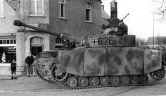Un Panzer IV lang de la 6. Kompanie/SS-Panzer-Regiment 12/12. SS-Panzer-Division « Hitlerjugend » en route pour Caen au lendemain du Débarquement en Normandie.