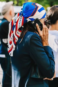 Super how to wear a bandana scarf headscarves ideas Ways To Wear A Scarf, How To Wear Scarves, Trendy Fashion, Girl Fashion, Vintage Fashion, 1950s Fashion, Victorian Fashion, Paris Fashion, Street Fashion