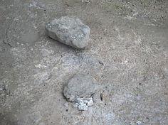 Chaux sortant du four (chaux vive). Les pierres conservent leur volume mais perdent une masse considérable lors de la cuisson.