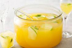 Kesäbooli  Raikas ja nopeatekoinen booli tarjotaan jääkylmänä juhlajuomana tai kesäpäivän virkistäjänä. http://www.valio.fi/reseptit/kesabooli/ #resepti #ruoka