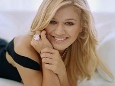 kelly clarkson engagement photos | Kelly Clarkson has announced her wedding engagement via Twitter .