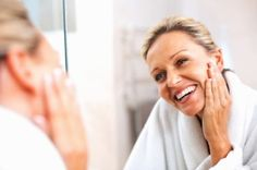 Skin care in your and creams, eye serums, and other anti-aging skin care products can help diminish signs of aging. To create a truly effective anti-aging skin care plan, however, it helps to start with healthy skin care habits. Creme Anti Age, Anti Aging Cream, Anti Aging Tips, Anti Aging Skin Care, Skin Care Regimen, Skin Care Tips, Pele Natural, Best Natural Skin Care, Natural Beauty