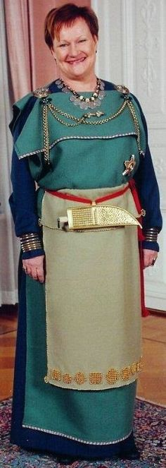 ♢♢♢ Finland's former president Tarja Halonen wearing a folk dress from Eura, Finland. ♢♢♢ Finnish president Taina Hailonen in a reproduction based on textile and jewelry finds in a grave at Eura, Finland, dated to approximately 1000 C. Viking Garb, Viking Dress, Viking S, Viking Clothing, Historical Clothing, Women's Clothing, Do It Yourself Fashion, Iron Age, Apron Dress