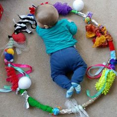 Create your Baby Sensory Hoop: moms and babies from Northamptonshire – Baby Development Tips Baby Sensory Play, Baby Play, Diy Sensory Toys For Babies, Sensory Diet, Diy For Babies, Crafts For Babies, Sensory Motor, Infant Activities, Activities For Kids