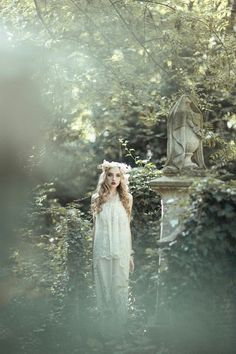 This photo was taken in London, but I& like to do a shoot like this in the Pere Lachaise Cemetery in Paris. Fantasy Photography, Portrait Photography, Ethereal Photography, Surrealism Photography, Poses, Maleficarum, Pere Lachaise Cemetery, Mystique, Pre Raphaelite