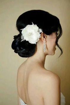 Peinado recogido con una flor para decorar