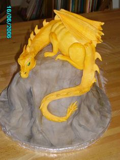 Fiercely fabulous golden dragon cake created by gifted sculptor and culinary artist (deviantART).very realistically detailed and superbly crafted! Cake Wrecks, Unique Cakes, Creative Cakes, Beautiful Cakes, Amazing Cakes, Fondant Cakes, Cupcake Cakes, Decoration Patisserie, Yellow Dragon